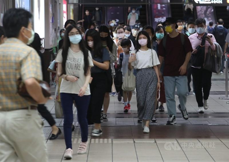 中央流行疫情指揮中心指揮官陳時中15日在會中宣布,疫情升溫,台北市、新北市即日起至28日進入第三級警戒。圖為捷運站內民眾戴口罩。(中央社檔案照片)