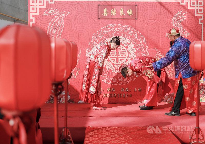 中國雲南富寧縣近日公告新規,管制婚、喪禮禮金、邀請人數,且須向政府申請。這項規定在網路引起正反論戰。圖為去年10月河北文安縣農村,一對正在舉行中式婚禮的新人。(中新社提供)中央社  110年5月15日