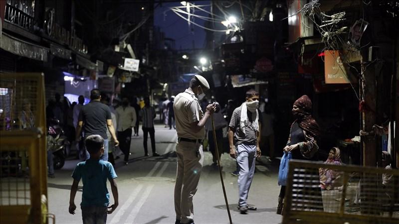 印度染疫數據顯示當地爆發的第二波疫情可能已觸頂,但距疫情告終仍有一段長路。圖為13日開齋節前夕警隊因防疫在德里賈瑪清真寺周圍巡邏。(安納杜魯新聞社)