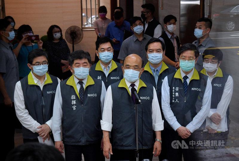 行政院長蘇貞昌(前中)15日前往視察「嚴重特殊傳染性肺炎中央流行疫情指揮中心」,在中心指揮官陳時中(前左2)等人陪同下進入中心內,並發表談話。中央社記者王飛華攝 110年5月15日