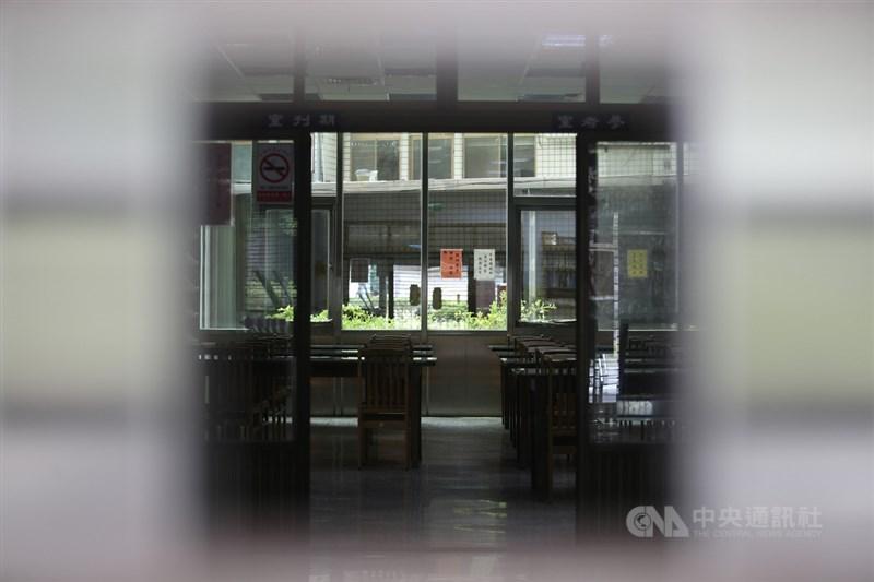 疫情升溫,台北市政府宣布市圖等公有場館15日起關閉。圖為台北市松山慈祐宮附設圖書館暫停對外開放。中央社記者張新偉攝 110年5月15日