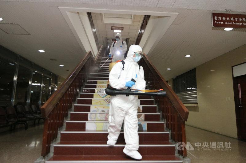 因應防疫需求,法務部、台北地方法院、台北地檢署所在的司法新廈15日也派員全面清潔消毒,工作人員仔細作業,每個角落都不放過。中央社記者蕭博文攝 110年5月15日