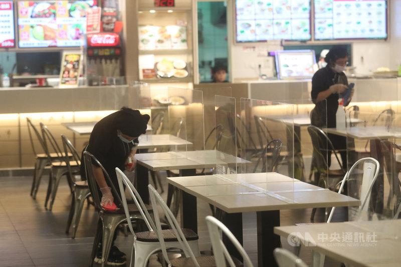 本土疫情急遽升溫,餐飲業者配合嚴格落實防疫工作,採行實聯制、來店人流與訂位控管等防疫措施,餐廳美食街也加強清潔消毒工作。中央社記者吳家昇攝  110年5月15日