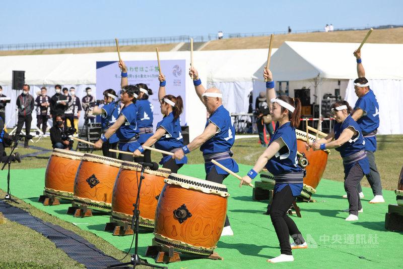 東京奧運組織委員會舉辦的文化活動15日在岩手縣舉行,冰上共鳴會會長鈴木武幸率領太鼓隊表演。他說,311大地震時受到來自世界各地的援助,這支太鼓隊期盼透過表演振奮人心也表達謝意,所以隊友很賣力地擊鼓。中央社記者楊明珠岩手攝 110年5月15日