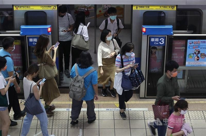 交通部15日說,新北市及台北市台鐵區間車及捷運將人流管制,分散尖峰人流(配合異地或遠距辦公,彈性時間)。(中央社檔案照片)