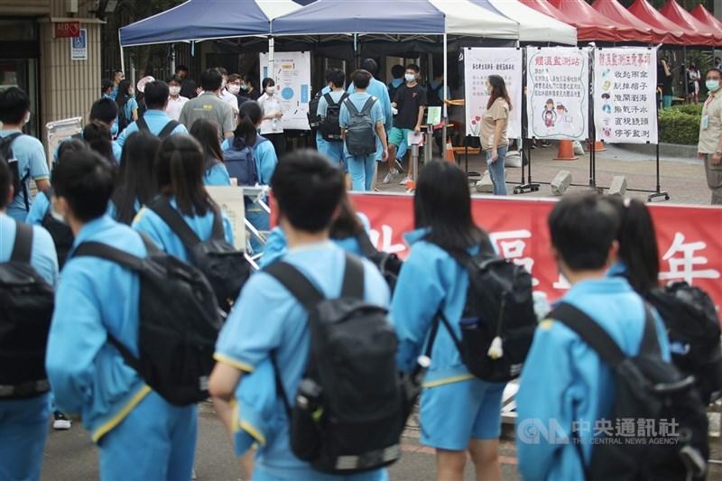 國中教育會考將於15、16日舉行,超過20萬名考生上陣,14日下午3時到5時開放看考場,配合防疫須量體溫。考生由老師帶隊,團進團出進入試場。中央社記者張新偉攝 110年5月14日