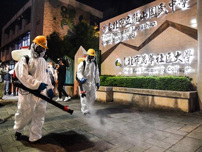 台北市環保局人員13日晚間在龍山國中周邊進行例行性防疫消毒作業,針對學校外圍人行道全面消毒,盼提供民眾安心無虞的公共空間。中央社記者鄭清元攝 110年5月13日