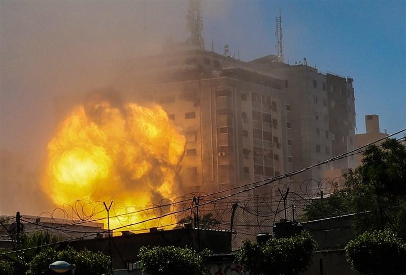美聯社和半島電視台位於加薩走廊的辦公大樓15日遭以色列飛彈攻擊倒塌。(法新社)