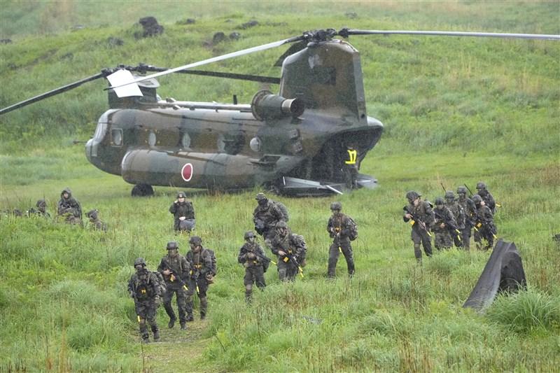 日本、美國及法國3國陸上部隊首度在日本境內進行聯合訓練,希望強化對中國嚇阻力。圖為陸上自衛隊跟美軍陸戰隊、法國陸軍15日在霧島演習場聯合訓練。(共同社)