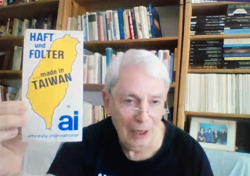 負責營救台灣政治犯的德國人權工作者華爾特,14日在國家人權博物館主辦的線上座談會上展示一張國際特赦組織當年的宣傳貼紙,上面寫的是「逮捕和刑求、台灣製造」。中央社記者林育立柏林攝 110年5月15日