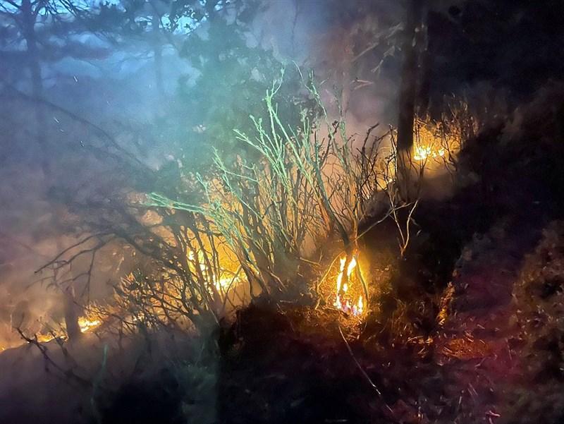 嘉義林管處轄管玉山事業區第52林班的八通關杜鵑營地附近16日發生森林火災,因地處偏遠,人員須步行約3天,已先請求直升機支援投水滅火。(嘉義林管處提供)中央社記者黃國芳傳真 110年5月16日