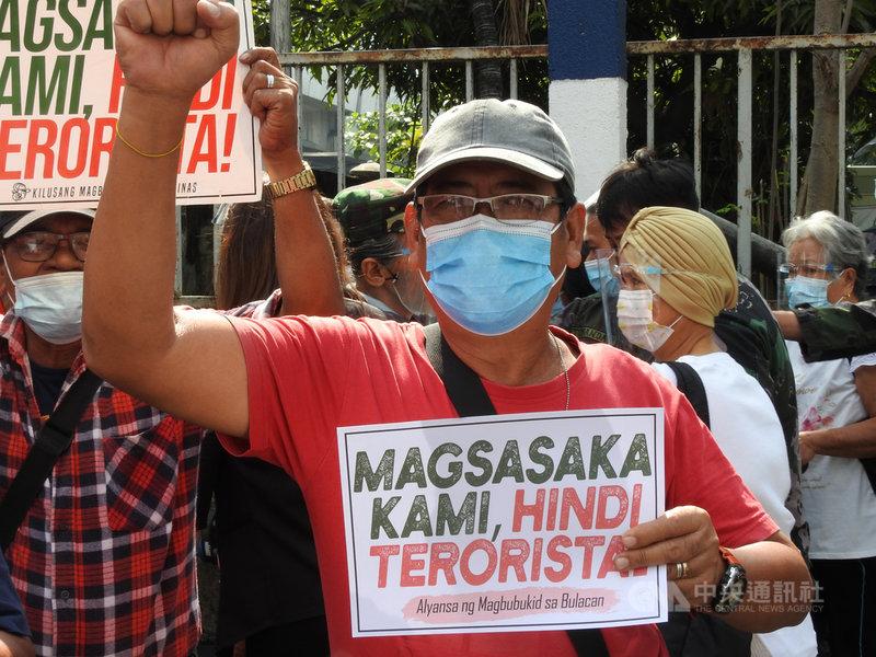 菲律賓農民運動領袖甘拉斯3月底被捕後,5月11日因武漢肺炎併發症病逝,社運團體指甘拉斯遭菲國政府構陷入罪,要向政府究責。圖為甘拉斯2月2日在最高法院反恐法言詞辯論當天參與示威。中央社記者陳妍君馬尼拉攝 110年5月16日