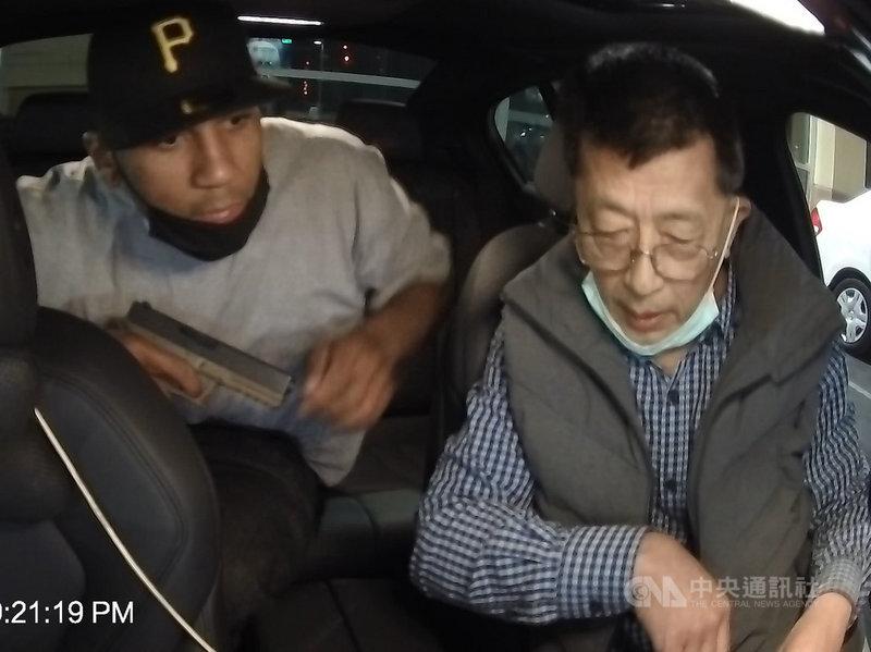 洛杉磯郊區一名台裔司機10日遭歹徒持槍搶劫,叫罵「滾回中國」,這名廖姓司機強調「我來自台灣」保住性命。(圖為家屬提供行車紀錄器影片)中央社記者林宏翰洛杉磯傳真 110年5月16日