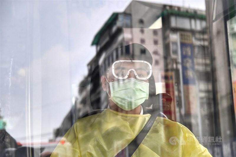 北市近期累計近200人確診,台北市長柯文哲16日表示,傳統疫調已不切實際,應反過來要求確診者主動打電話通知接觸者,阻斷傳染鏈。圖為防疫專車司機。(中央社檔案照片)