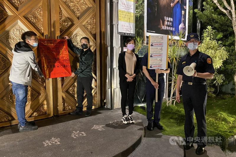 台南市政府15日宣布各類娛樂場所即日起至28日停止營業,警方15日晚間動員大批警力執行稽查。(台南市警局提供)中央社記者楊思瑞台南傳真  110年5月16日