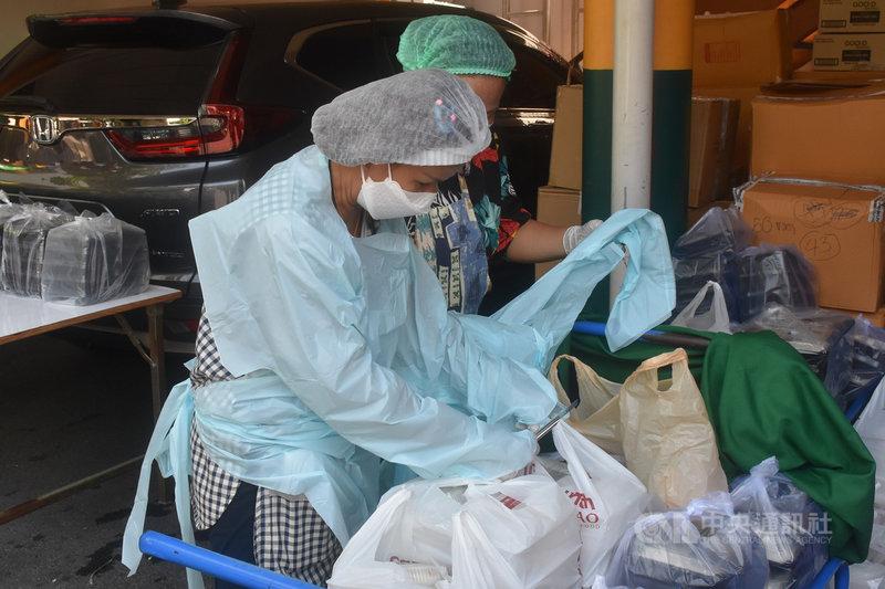 泰國第3波疫情席捲曼谷孔堤區的貧民窟,貧民窟內的非政府組織普拉提基金會工作人員清點各界送來的防疫物資和食物。中央社記者呂欣憓曼谷攝 110年5月16日