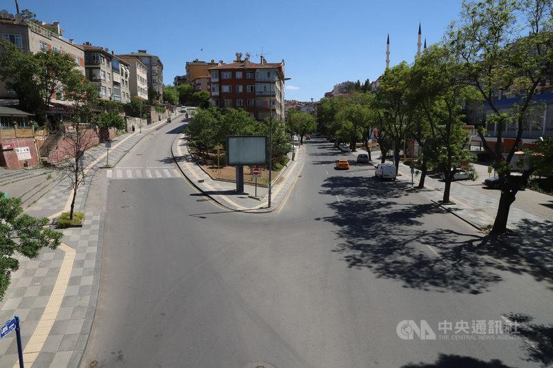 土耳其4月29日晚間至5月17日清晨實施防疫宵禁,安卡拉一條主要道路14日開齋節期間只見計程車、外送機車和以步行方式赴住家附近商店購買食物的民眾。中央社記者何宏儒安卡拉攝  110年5月16日