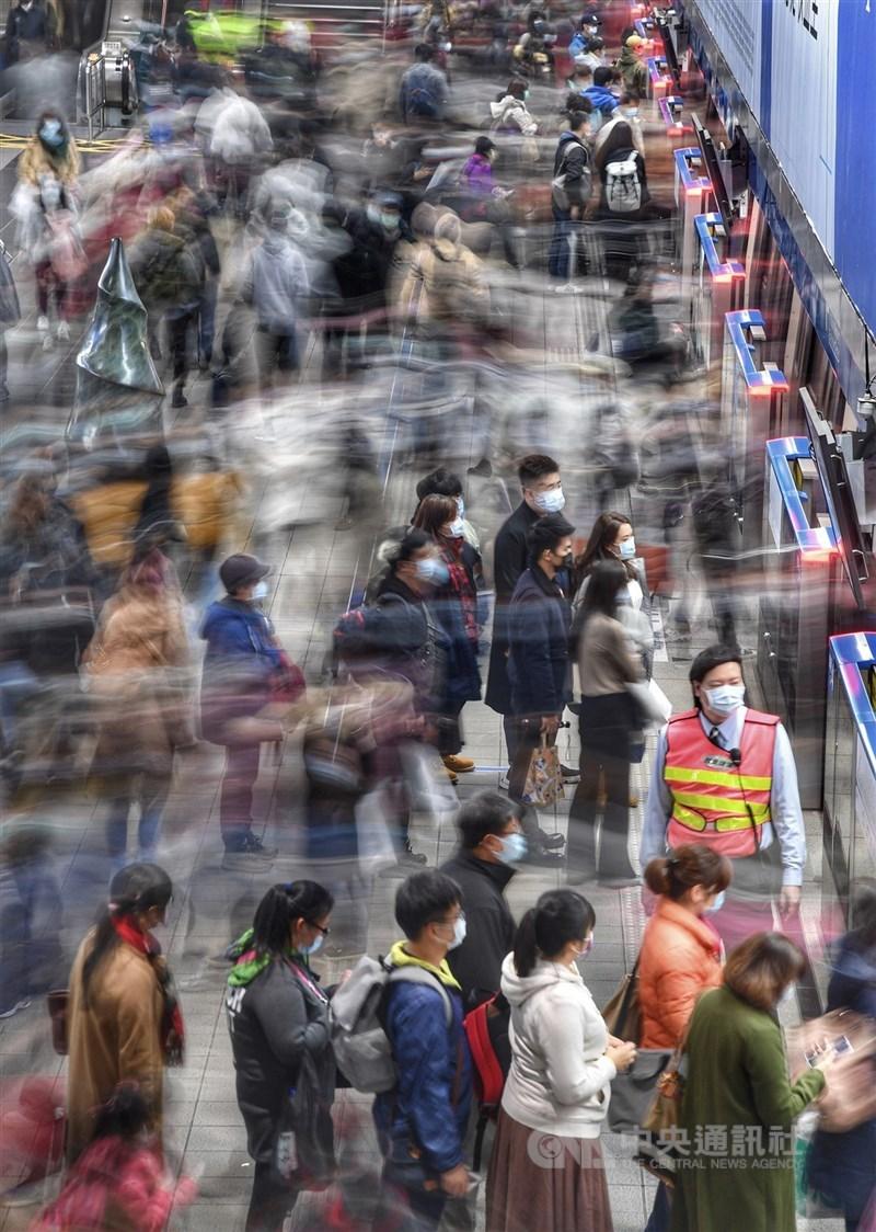 為減少通勤相互感染風險,雙北地區公務員5月28日前採彈性上班時間。圖為台北捷運通勤人潮。(中央社檔案照片)