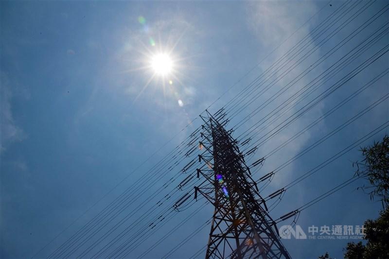 氣象局16日針對雙北等13縣市發布高溫資訊,氣象專家吳德榮說,最新模式模擬顯示,未來10天台灣難發生可紓旱的大量降水。(中央社檔案照片)