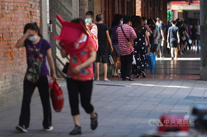 中央流行疫情指揮中心15日宣布,台北市、新北市即日起到28日升級第三級警戒,北市萬華區剝皮寮快篩站16日一早就湧現排隊人龍。中央社記者王騰毅攝 110年5月16日
