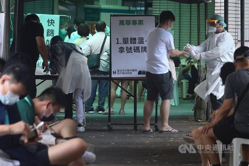 疫情升溫,台北市升至第三級防疫警戒,萬華區快篩站持續有民眾前往篩檢,醫護人員落實消毒防疫工作。中央社記者王騰毅攝 110年5月16日