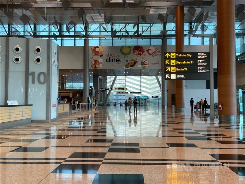 台灣本土疫情升溫,新加坡要求由台灣入境的新加坡公民、永久居民、長期准證持有者須隔離21天。圖為樟宜機場大廳一隅。(中央社檔案照片)