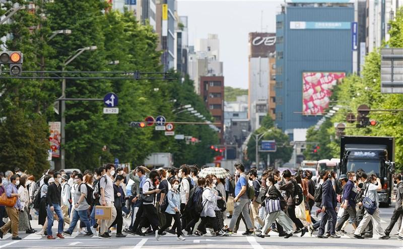 日本從疫情爆發以來第3次發布的「緊急事態宣言」,但決策遭批「朝令夕改」。圖為15日東京秋葉原街頭。(共同社)