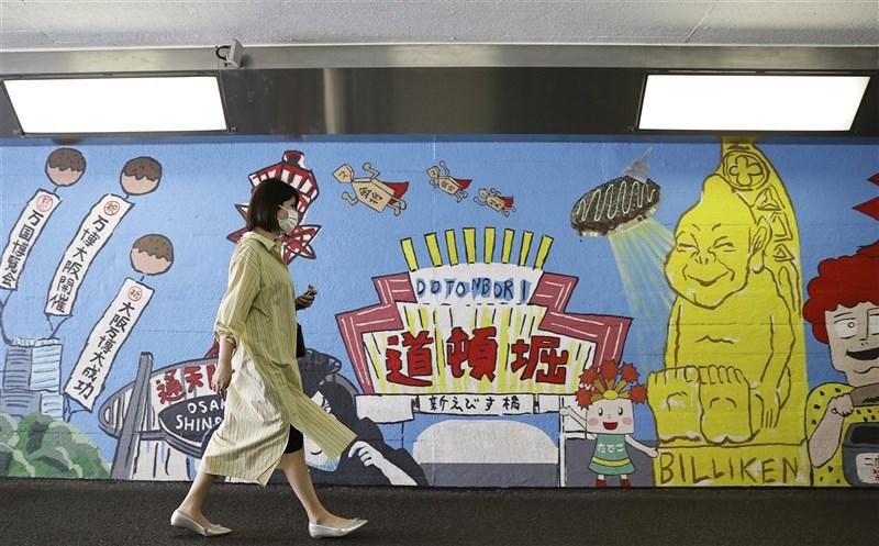 日本境內疫情持續嚴峻,近半數的22都道府縣呈現「爆炸性感染擴大」,其中大阪府死亡病例激增。圖為15日大阪街頭。(共同社)