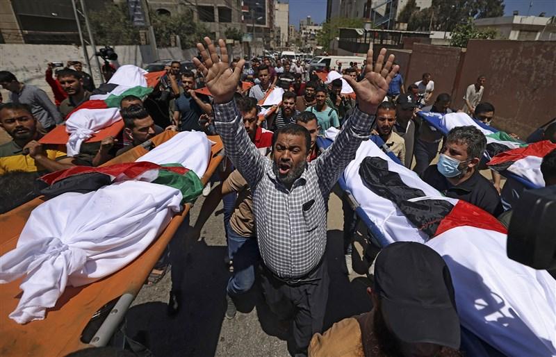 加薩走廊西部地區一個大家族有10名成員15日清晨在以色列的空襲行動中喪生,現場僅一名5月大嬰兒倖存。(法新社)