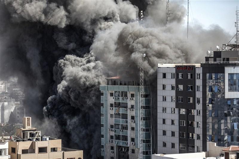 以色列15日空襲加薩地區,炸毀美聯社和半島電視台等國際媒體分部所在的一棟大樓。(安納杜魯新聞社)