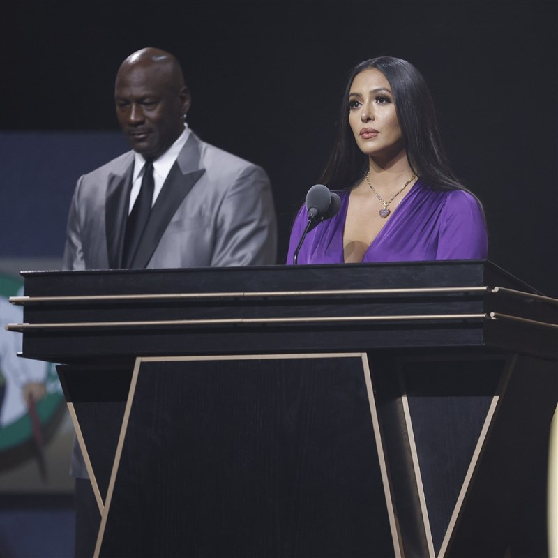 NBA湖人已故傳奇球星布萊恩15日正式入駐名人堂,遺孀凡妮莎(右)代表布萊恩接受榮耀,圖左為引薦人喬丹。(圖取自twitter.com/Hoophall)