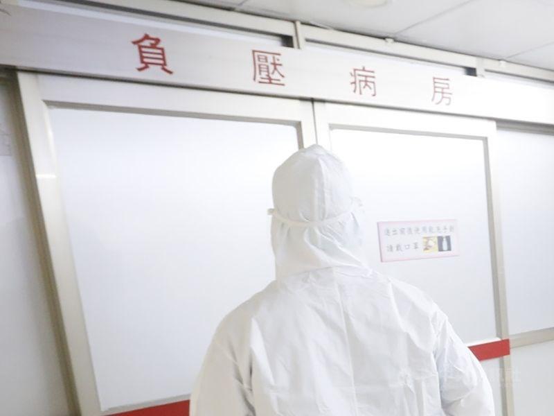 指揮中心16日表示,台北區的醫院負壓隔離病房空床數僅51床較吃緊,呼籲輕症確診者先留在家中不要離開,等候公衛人員通知。(中央社檔案照片)