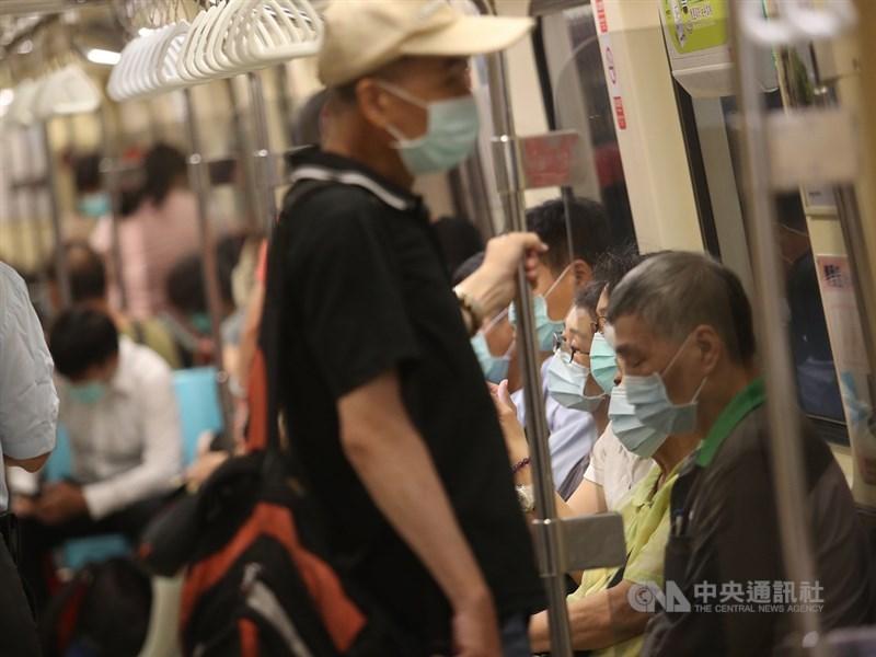 專家表示,口罩防護的重點在於是否緊密貼合臉型,而非戴幾層口罩。但若在密閉空間如電梯、車內,口罩洩漏部分可能較無法防護。(中央社檔案照片)