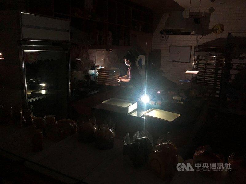 用電需求大增,加上興達電廠燃煤機組故障,造成電力供給吃緊,台電17日晚間8時50分針對C、D組進行第一輪分區限電,影響約66萬戶。 這也是513日大停電以來第二次分區限電,等於5天內停2次。新北市板橋區一家麵包店內突然停電,老闆只能摸黑收攤。中央社記者王騰毅攝 110年5月17日