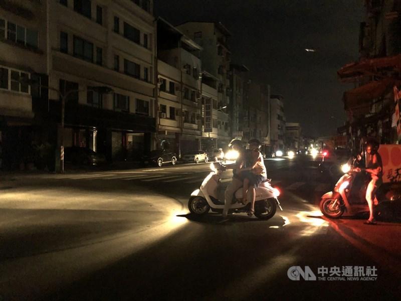 台電17日晚間在臉書發出緊急停電通知,由於下午至今用電量持續攀升,全台再次分區限電。高雄部分地區停電,路上交通號誌及路燈停擺。中央社記者侯文婷攝 110年5月17日