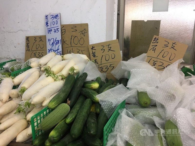 台北果菜批發市場16日整體蔬果交易均價比前一個週日漲4成。農糧署17日指出,承銷人想多批貨所致,供應無虞,18日市場開市再觀察。中央社記者楊淑閔攝 110年5月17日