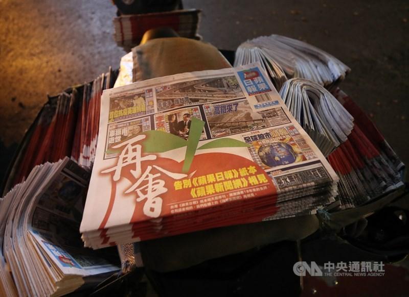 台灣「蘋果日報」發行最後一版紙本,以大大的「再會」兩字告別讀者,為18年紙本經營畫句點。17日派報人員整理最後一次出刊的蘋果日報,準備送至各販售點。中央社記者張新偉攝 110年5月17日