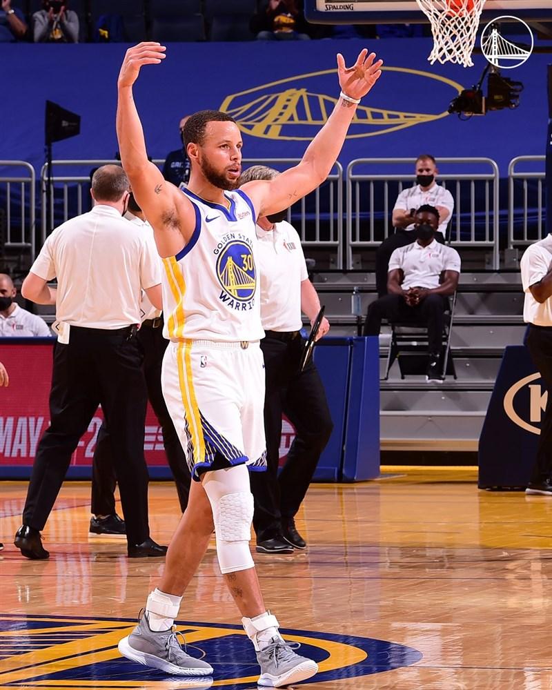 NBA金州勇士球星柯瑞(前)16日攻下全場最高46分,助勇士終場以113比101勝出,並取得西區第8位置打本週附加賽。(圖取自facebook.com/warriors)