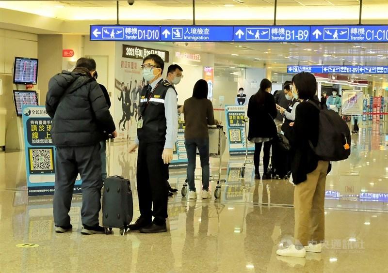 中央流行疫情指揮中心17日宣布,19日零時起暫緩未持有中華民國居留證非本國籍人士入境,及暫停旅客來台轉機。圖為桃機對入境旅客檢查。(中央社檔案照片)