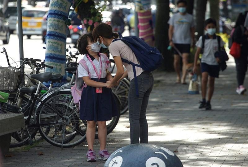 因應疫情,台北市政府宣布高中以下停課到5月28日,包含公私立高中職、國中小、幼兒園、補習班、安親班、課後照顧中心、托嬰中心。(中央社檔案照片)