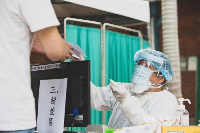 三軍總醫院醫護人員17日再度駐點萬華快篩站,協助檢疫。(軍聞社提供)中央社記者游凱翔傳真 110年5月17日
