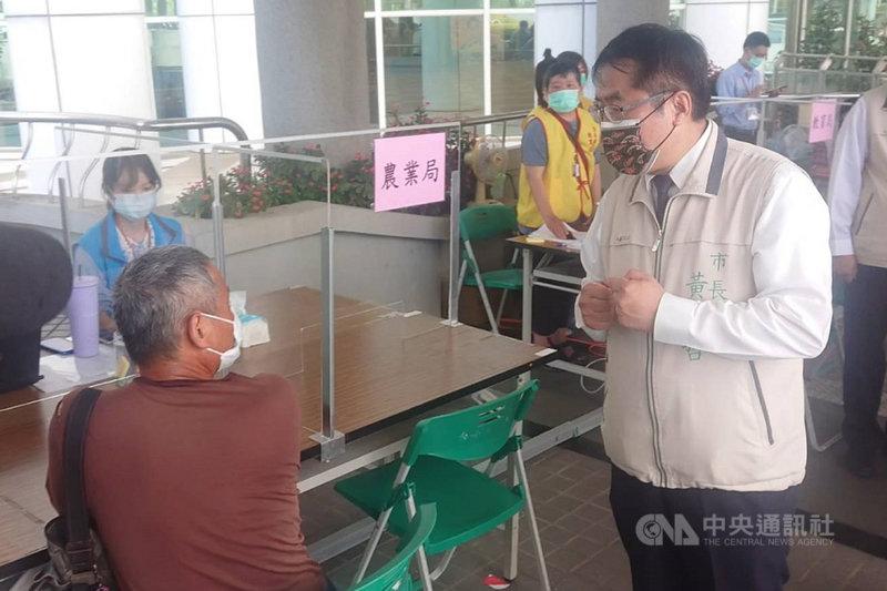 台南市長黃偉哲(前右)17日到永華市政中心視察洽公服務區運作情況,並向洽公民眾致意,希望民眾體諒並配合防疫。中央社記者楊思瑞攝  110年5月17日