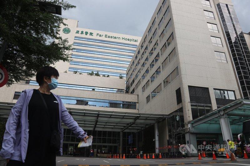 國內武漢炎疫情延燒,指揮中心統計,截至16日雙北地區已有6間醫院出現院內確診,但指揮中心17日表示,僅亞東醫院感染事件屬於院內感染,8人為住院病患、1 人為看護。圖為亞東醫院大樓。中央社記者王騰毅攝 110年5月17日