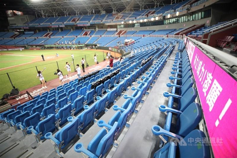 中華職棒17日宣布停賽一週,18日至23日共計11場比賽受到影響。圖為13日在桃園棒球場閉門舉行的職棒比賽。 中央社記者張新偉攝 110年5月13日