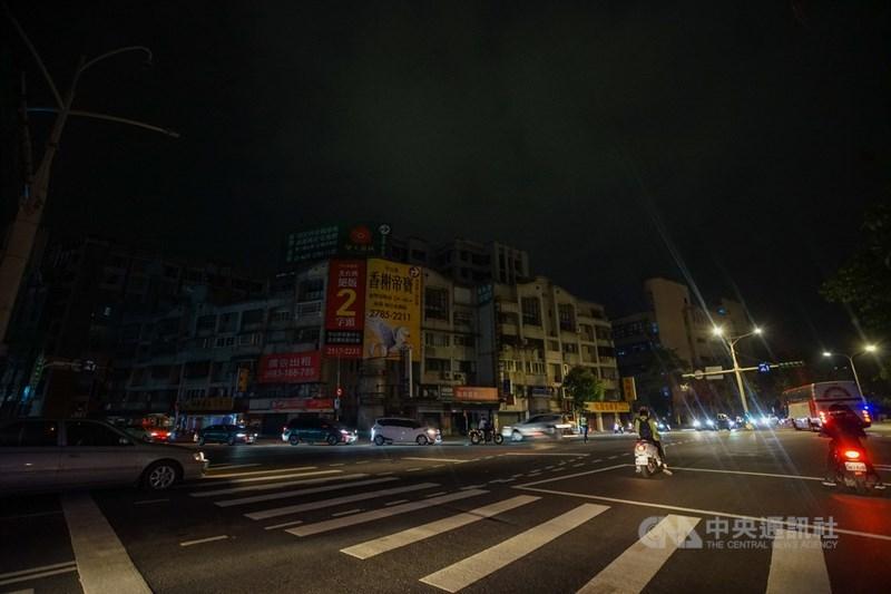 台電表示,17日下午至今用電量持續攀升,全台再次分區限電,晚間8時50分開始C、D組進行第一輪限電,影響戶數約65.9萬戶,時間為50分鐘,限電量100萬瓩。圖為台北市民權東路六段與瑞光路口晚間9時許停電。中央社記者裴禛攝 110年5月17日