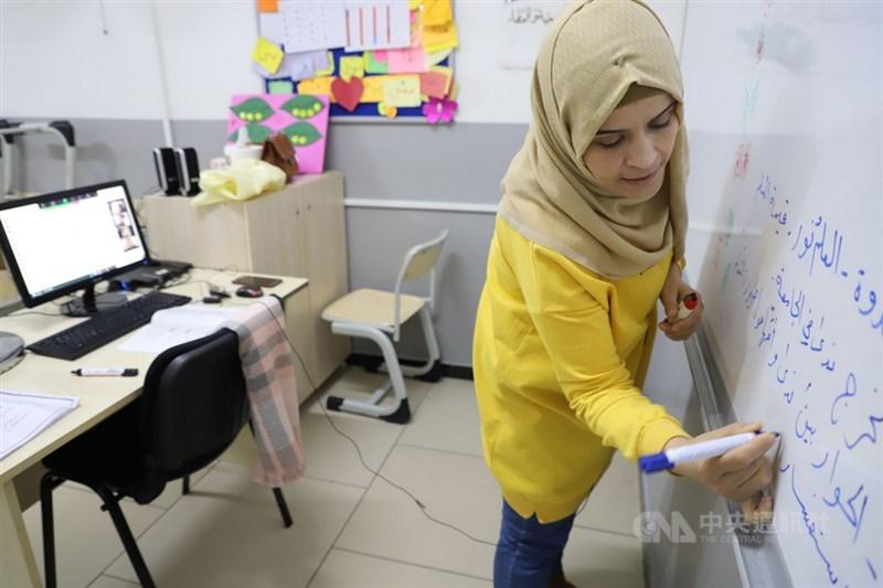 伊斯坦堡滿納海國際學校阿拉伯語教師澤伊3月30日進行遠距教學。她受訪表示,看到逃離內戰的孩子重獲教育機會,那是她離開敘利亞後「最美好的一刻」。中央社記者何宏儒伊斯坦堡攝 110年5月17日