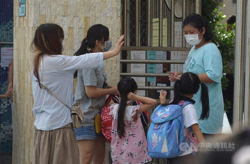 國內疫情嚴峻,全國第三級警戒延長,教育部宣布全國各級學校同步停課。(中央社檔案照片)