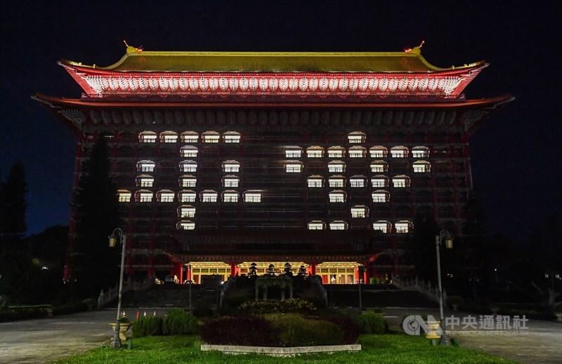 值此全台面對嚴峻疫情之際,台北圓山大飯店16日晚間特別在外牆點亮「平安」兩字,祈願台灣平安度過這波疫情難關,也為台灣人加油打氣。中央社記者鄭清元攝 110年5月16日