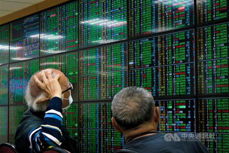 台股17日恐慌賣壓湧現,但外資卻趁此機會「大撿便宜」、買超334.17億元。(中央社檔案照片)