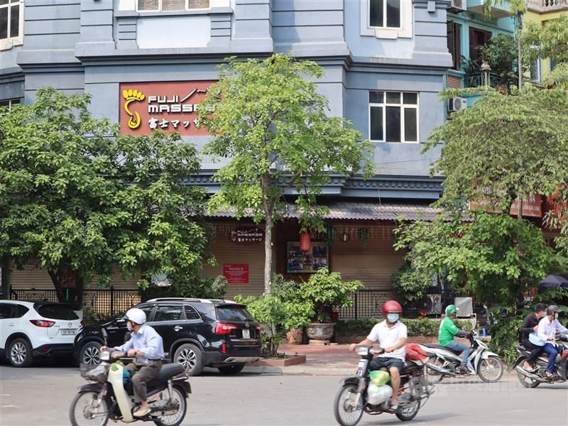 越南16日新增187起2019冠狀病毒疾病本土傳染病例,連續第2天刷新去年1月疫情爆發以來單日最高紀錄。圖為11日河內市街頭景象。(中央社檔案照片)